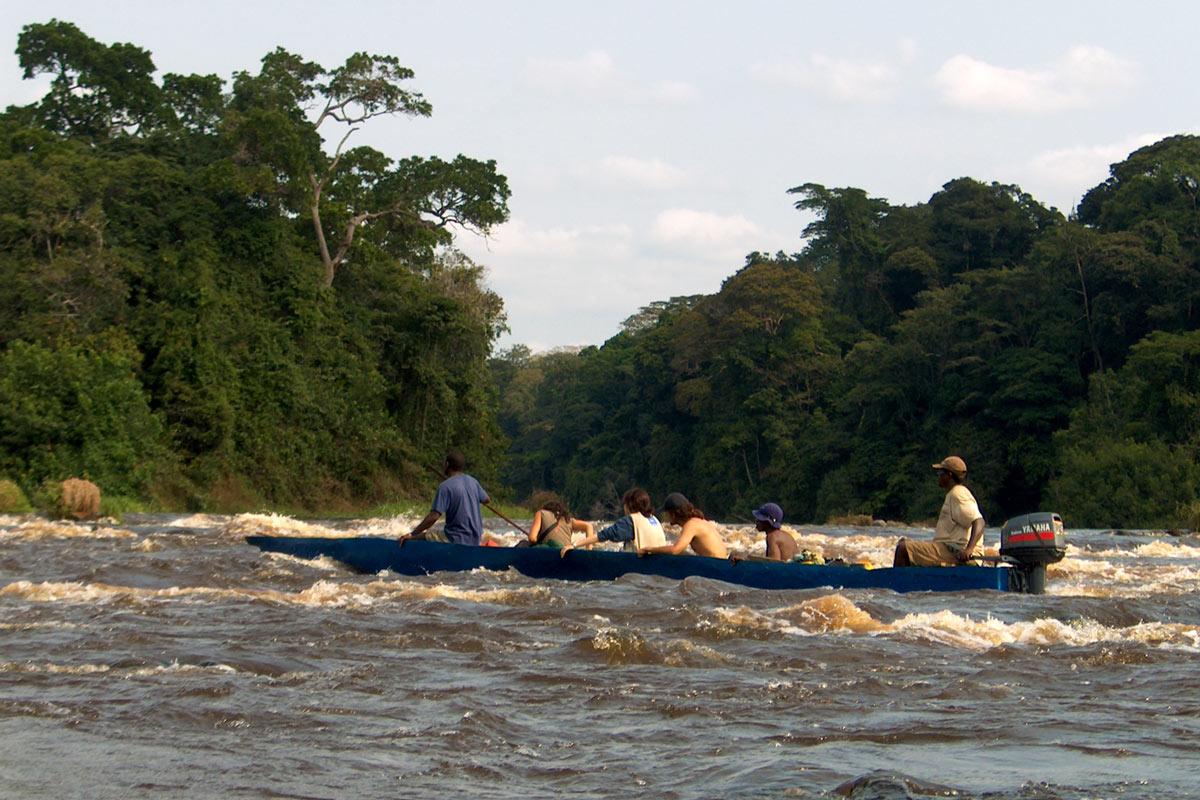 Un battello che accompagna turisti alle cascate di Konguo