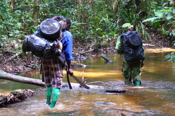 Una camminata nel fiume per raggiungere la nostra destinazione