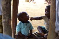 Bambini che giocano nel villaggio Loaloa