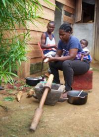 Una delle famiglie nel villaggio che prepara da mangiare