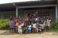 La scuola del villaggio con i bambini e ragazzi che ci fanno lezione