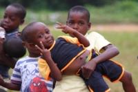 Bambini che giocano e salutano