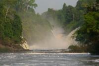 Osservare le cascate dal fiume