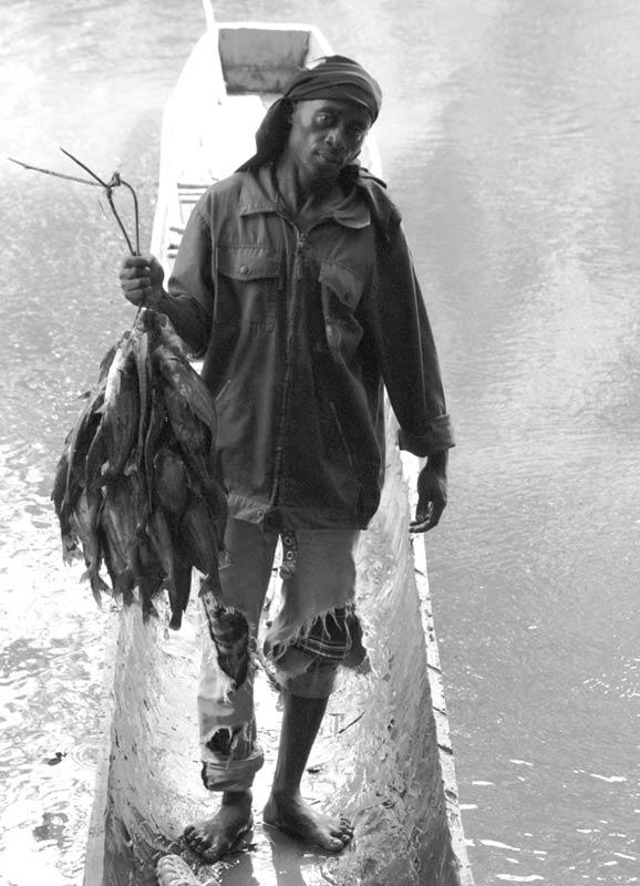 Pescatore mostra il pesce
