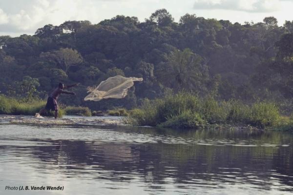 Pescatore che pesca nel fiume