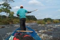 Guida ci accompagna attraverso il fiume